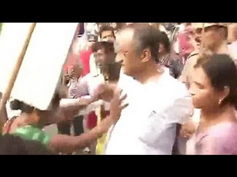 Left student activists attack West Bengal Finance Minister Amit Mitra in Delhi