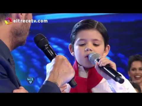 Enoc, el niño cantante que se robó la atención de Tinelli