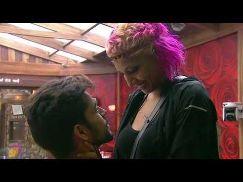 Bigg Boss 8: Diandra's Love Gift To Gautam In The Bathroom video