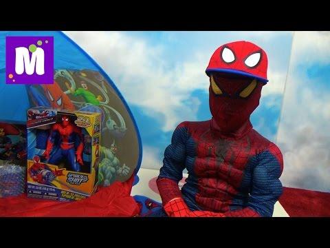 Человек - Паук стреляет паутиной и открывает много игрушек в палатке Spider-Man