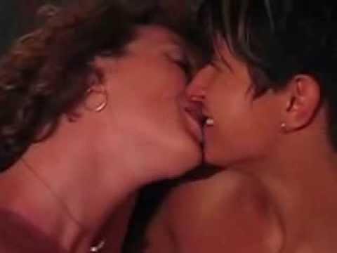 Lesbian kiss lsebians kissing lesbianas besandose