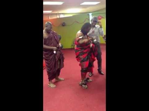 Nana kwaku Bonsam in us Columbus Ohio dancing Azonto Azonto man hahahahahhaha