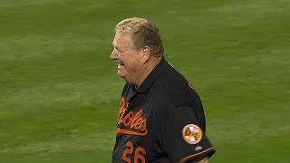 ALCS Gm1: Boog Powell throws celremonial first pitch