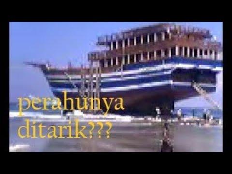 kapal pinisi di tarik ke laut
