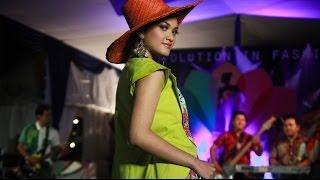 video Di penghujung tahun 2013 ini, sebuah gelaran peragaan busana atau Fashion Show bertemakan batik kembali diselenggarakan pada Jumat, (27/12) malam. Walaupun tak semegah atau semewah ...