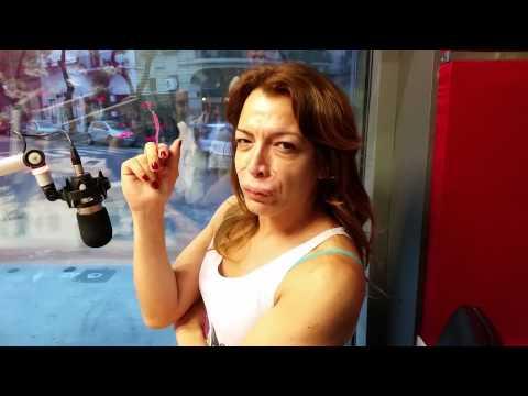 Lizy Tagliani fumando en la radio
