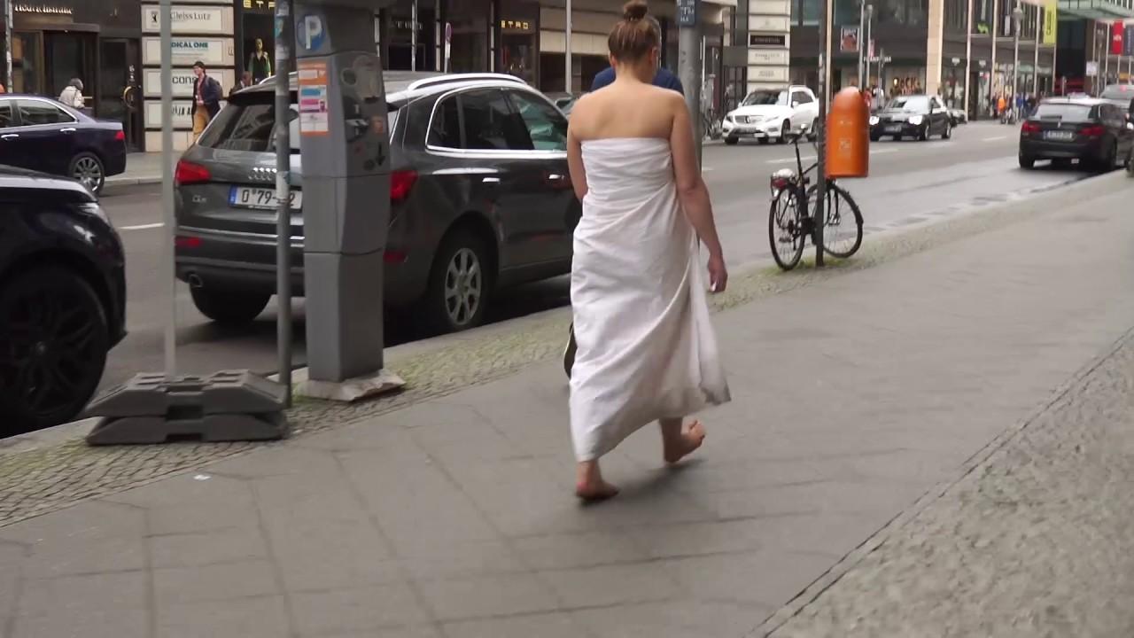 Голая Тетка Идет По Улице