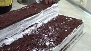 Торт бисквитный, покрытый  мастикой.