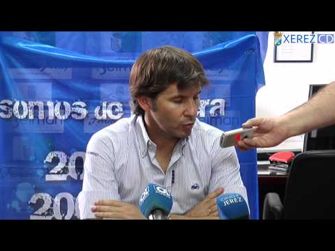 Jesús Mendoza atendiendo a los medios de comunicación después del partido disputado entre el Xerez CD y la O. Valverdeña en el Antonio Fernández Marchán.