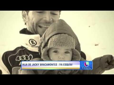 Jacqueline Bracamontes y Mini Jacky en la nieve de Colorado