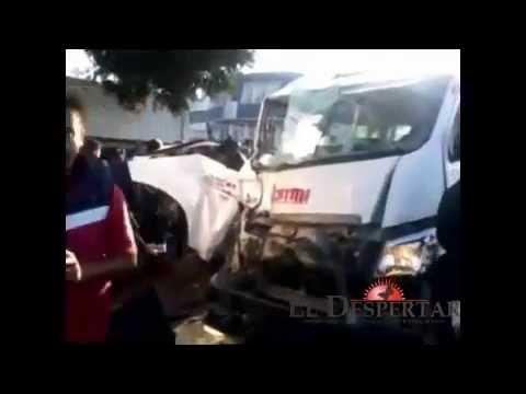 Se impacta Combi contra un tráiler en Zitácuaro dejando 6 heridos