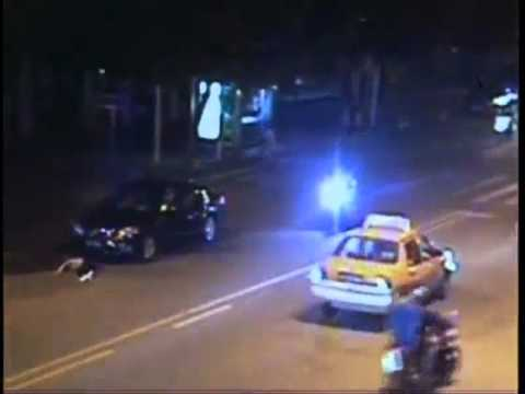 Motorista embriagado atropela duas pessoas na China - Drunk driver hits two pedestrians