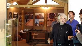 L'architetto Mario Botta ed il critico d'arte Philippe Daverio visitano lo stand di Bellotti spa in occasione della fiera Made Expo 2011 e si interessano alla nuova linea di pannelli Laripan Bio per il sottotetto e alla pavimentazione modulare in legno La
