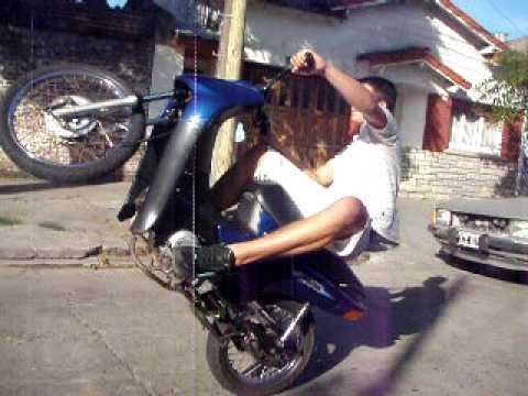 Colgando Honda Biz