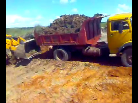 Camiones en Cantera de arcilla para fabricación de materiales en tobati