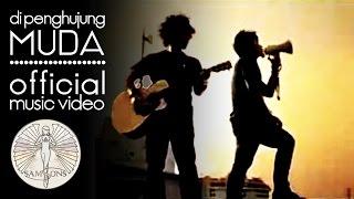 Download Lagu SamSonS - Di Penghujung Muda (Official Music Video) Gratis STAFABAND