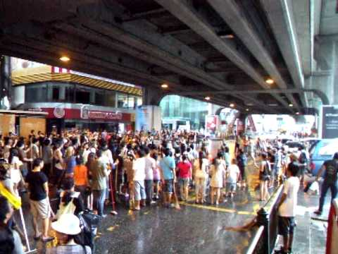 Thai People Singing National Anthem @Siam Square