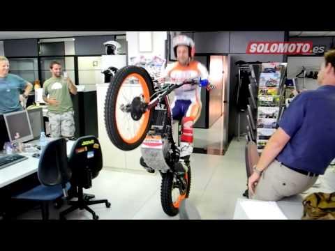 Toni Bou entra a la redacción de Solo Moto en moto