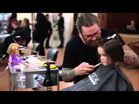 فتاة صغيرة رائعة تقص شعرها الجميل والطويل لتقوم بإرساله و إعطائه للأطفال المصابين بمرض السرطان