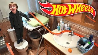 HOT WHEELS NO BANHEIRO!! Corrida de Carros na Pista Track Builder - Hotwheels in the Bathroom