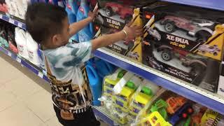 Mai gia phúc đi siêu thị mua xe oto điều khiển