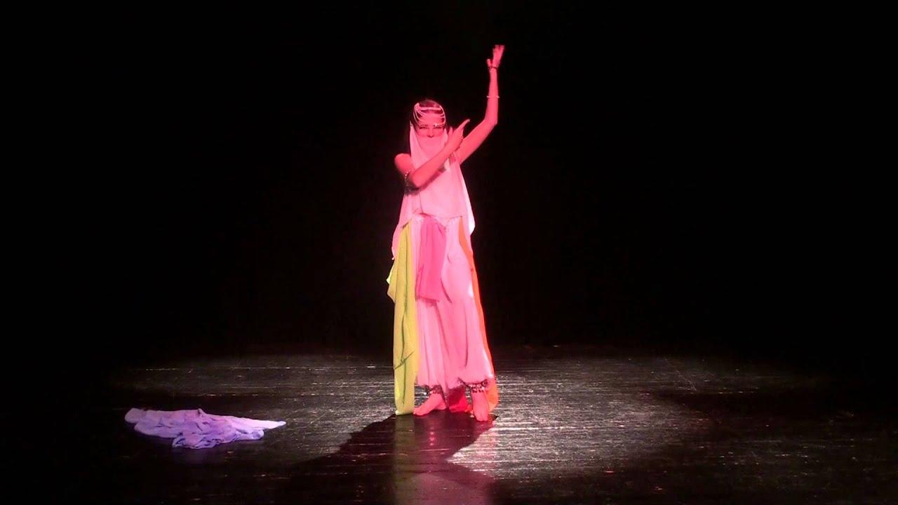 Соблазнительный и завораживающий, пронизанный мистическими флюидами и символизмом, восточный танец в роскошной