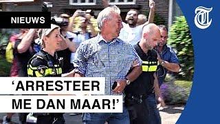 Pegida-voorman bekogeld en gearresteerd: 'Ik ga echt niet weg!'