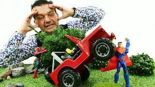 Hombre Araña ayuda a un Jeep. Juegos de coches grandes. Vídeos para niños