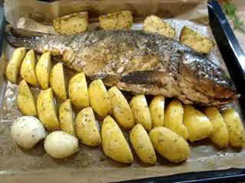 Карп запечёный в духовке с картофелем.