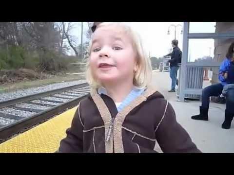 Thumbnail of video Petite fille qui découvre le train pour la première fois