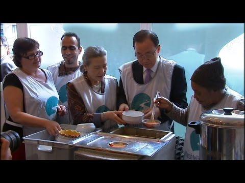 Ban Ki-moon visita un comedor social de refugiados en Bruselas