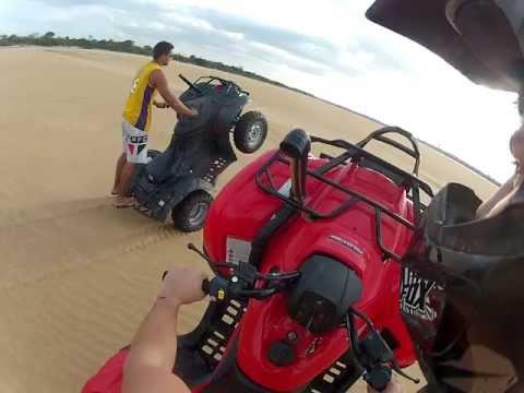Empinando quadriciclo Fourtrax 420 na praia longa distancia