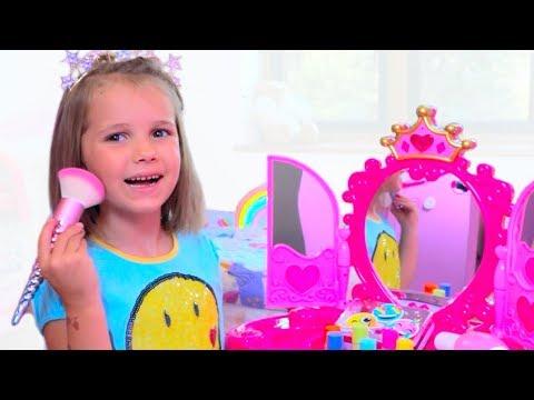 Катя и игрушечная косметика для девочек