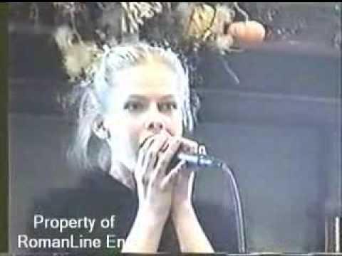 young Avril Lavigne performance @ bookstore (2001)