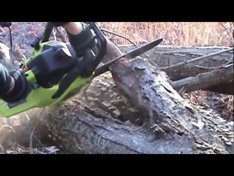 Poulan 2150 chainsaw cutting wood