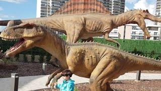 Dinazor parkını gezdik çok ürkütücü ve korkunç dinazorlar t-rexler inceledik.