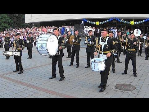 Шуточное дефиле барабанщиков военного оркестра 194-го понтонно-мостового отряда (Новомосковск)