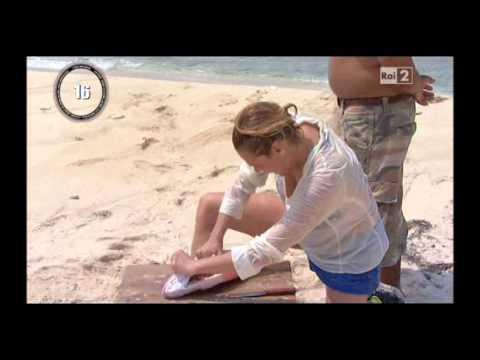 Simona Ventura pulisce il pesce - Isola dei Famosi 8