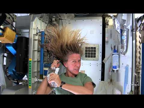 Así se lavan el pelo en el espacio!