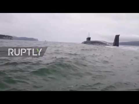غواصة نووية تمر بجانب صياد في روسيا