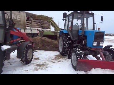 Превращение рулонов сена в тюки в зимний период