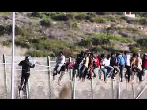 Unos 400 inmigrantes intentan cruzar la frontera española en Melilla