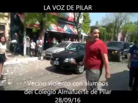 un vecino se canso de los ruidos de los estudiantes y los ataco con un palo en plena calle