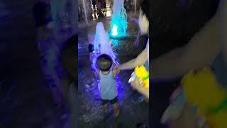 em bé chơi với cột phun nước ở đường hoa nguyễn huệ