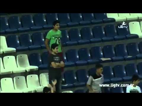اضحك مع لاعب سرق قميصه على أرضية الملعب