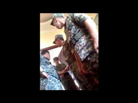 Командир части в Уральске общается с подчинёнными