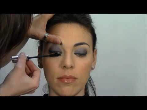 Maquillaje de ojos en azul con eyeliner negro