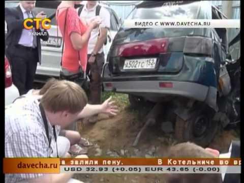 Эксперты на штрафстоянке у машины Игнатяна