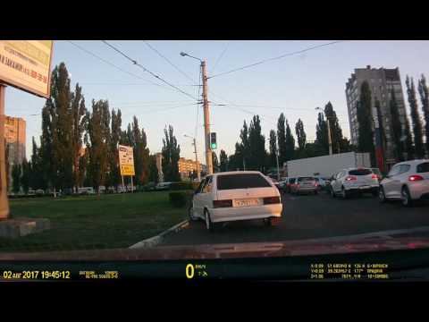 В Воронеже шатающийся десантник решил объехать пробку прямо по газону