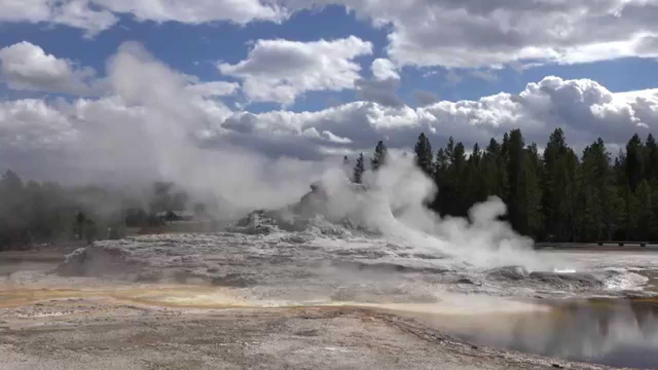 El Parque Nacional Yellowstone, además de ser el hogar del famoso Oso Yogui, es un lugar de maravillas geológicas, piscinas termales y géiseres. Clicando sobre la siguiente imagen podrás ver geisers desde tan cerca que casi los podrás tocar. Unas bellas imágenes con terrorífico peligro latente...